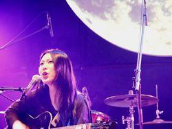 月をバックに月は月を歌う