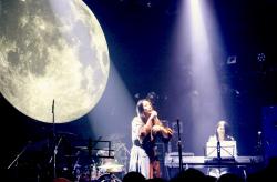 月をバックに